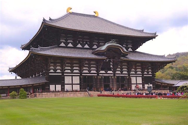 Temple en bois record au Japon de Temple de Todai-ji photo blog voyage tour du monde https://yoytourdumonde.fr