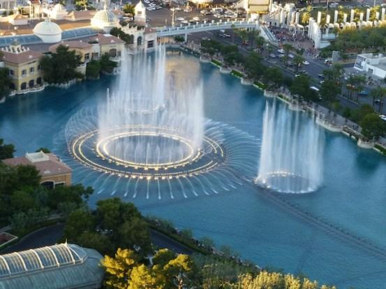 Le soir venu il y a un magnifique spectacle gratuit à la fontaine du Bellagio hotel photo blog voyage tour du monde https://yoytourdumonde.fr