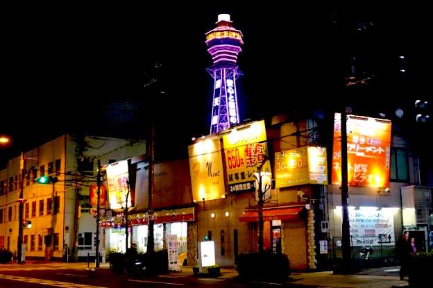 La tour Tsutenkaku à Osaka est un bon repaire de nuit. Photo blog voyage tour du monde https://yoytourdumonde.fr