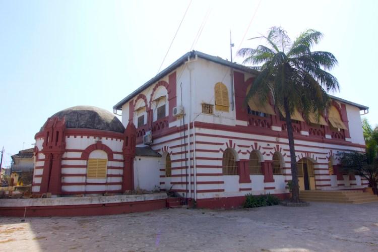 Le quartier historique de Ziguinchor a de nombreuses maisons coloniales photo blog voyage tour du monde https://yoytourdumonde.fr