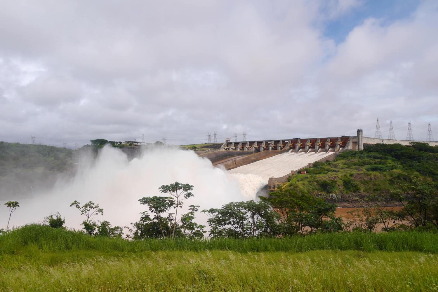 itaipu dam working spillways, taipu dam wing dam