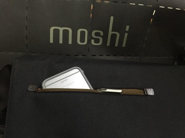 很湊巧的 iPhone 保護殼也是 Moshi