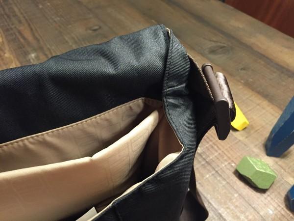 背包兩側皆有防止小物掉出的設計