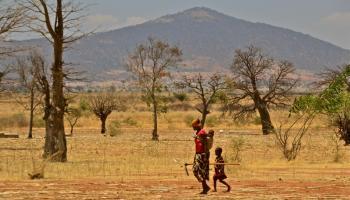A farmer and child outside of Dodoma, Tanzania. Photo: C. Shubert (CCAFS)