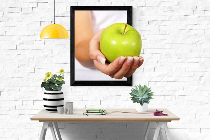 Cuadro de una mano de una manzana