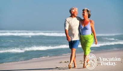 pareja-mayor-caminando-playa