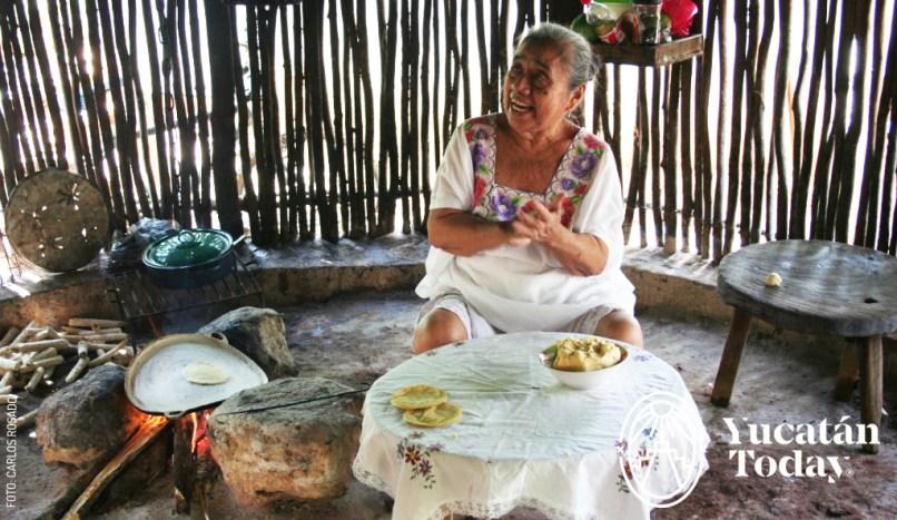 Señora mestiza que trabaja las tortillas by Carlos Rosado IMG_8537