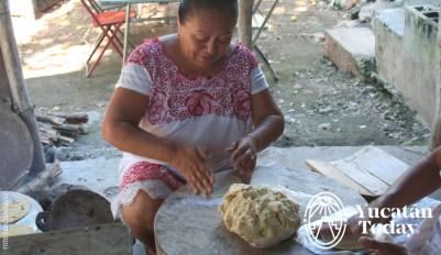 Señora mestiza que trabaja las tortillas by Carlos Rosado IMG_9210