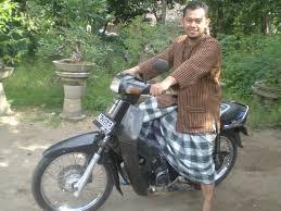 Bonsai naik motor pake sarung