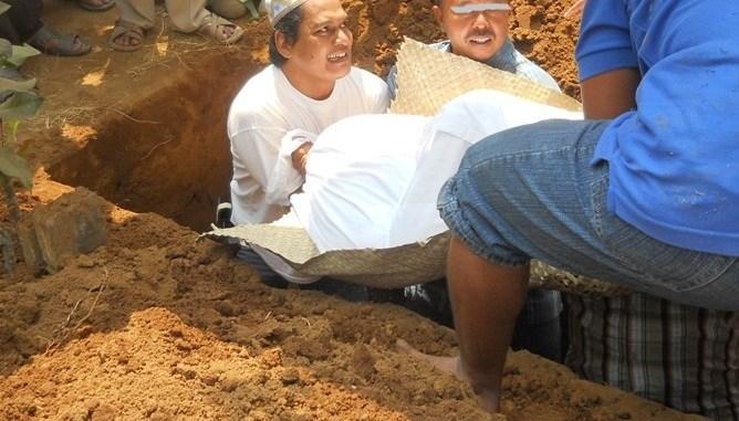 jenazah diliang kubur