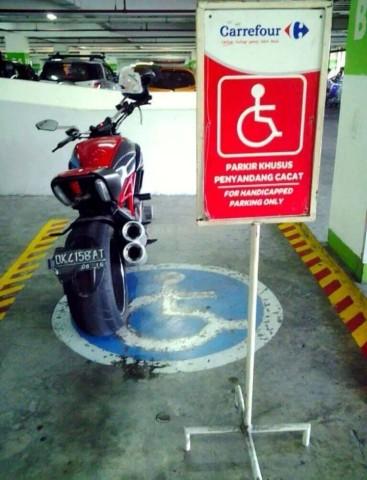 Ducati diavel parkir sembarangan