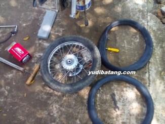 mengganti sendiri ban dalam sepeda motor