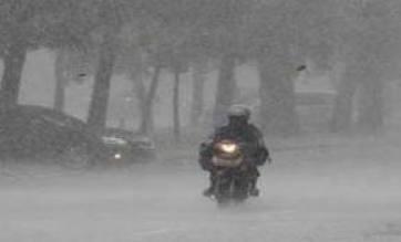 naik motor saat hujan