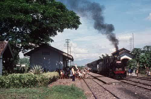 kereta api uap tua saat berhenti di stasiun balapulang Tegal
