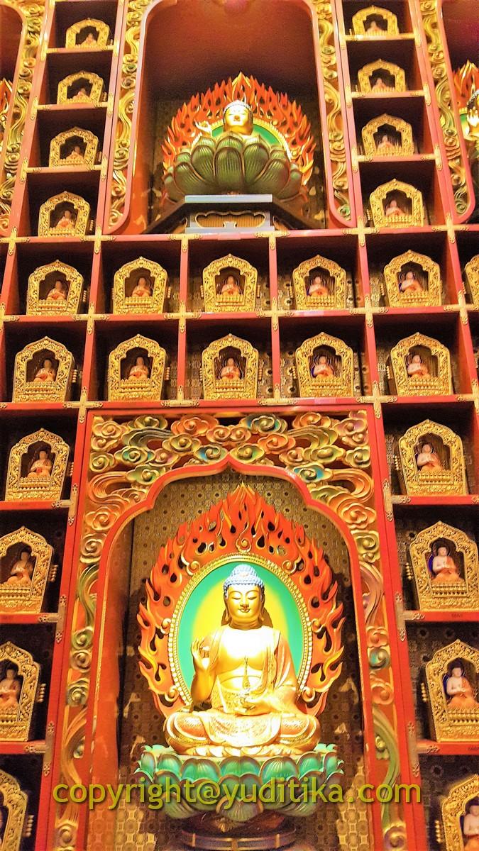 Patung Buddha dikelilingi patung-patung kecil