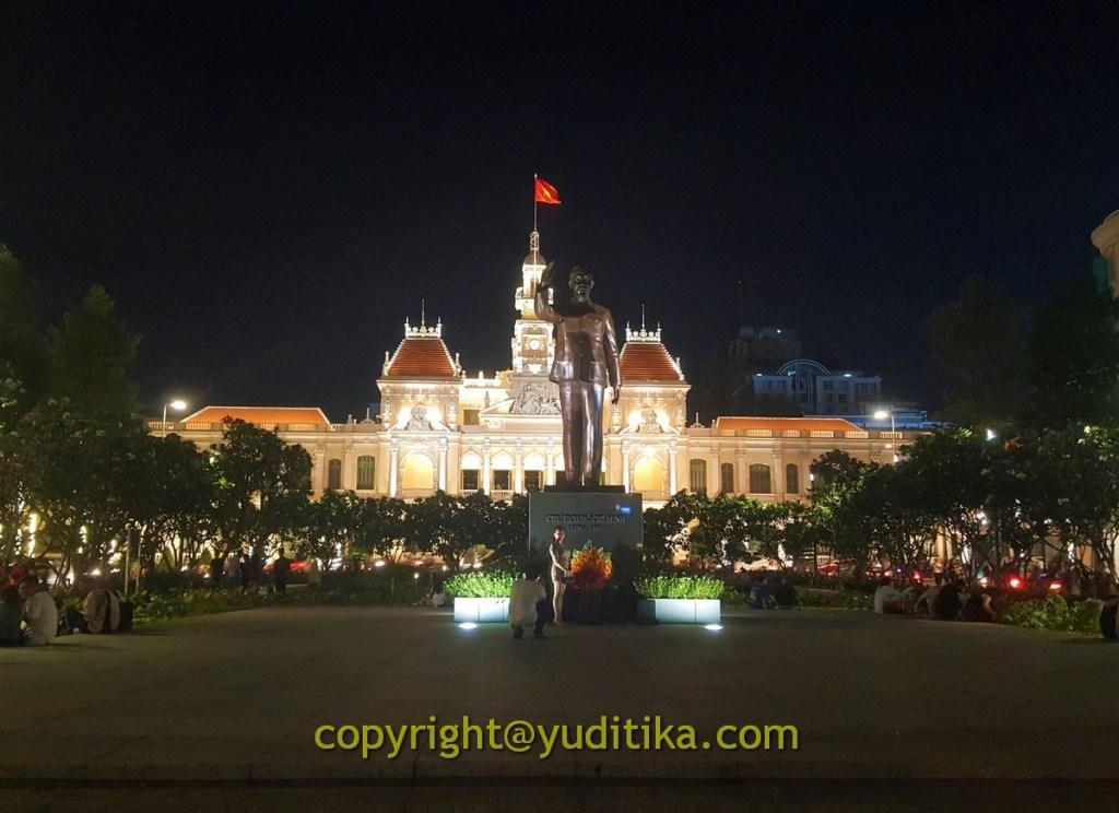 Ho Chi Minh City Hall di ujung jalan Nguyen Hue, Vietnam