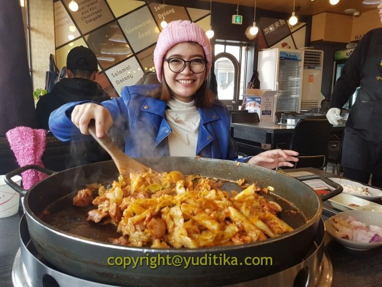Memasak Dakgalbi di seoul korea