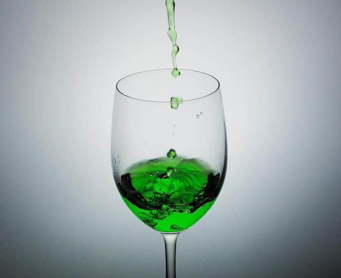 緑の液体とグラス
