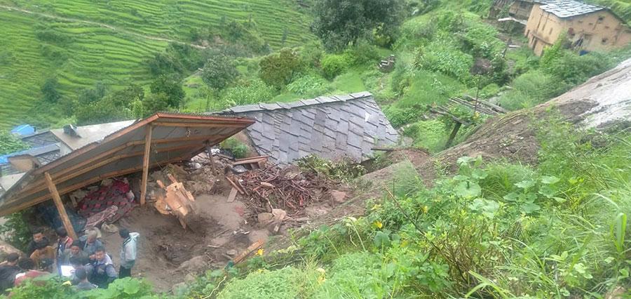 कालिकोटको महाबै गाउँपालिका- ३ मा गएराति गएको पहिरोमा पुरिएर ६ जनाको मृत्यु