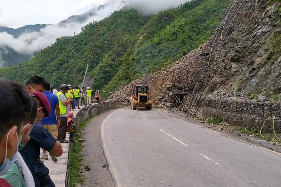 पहिरोले नारायणगढ-मुग्लिन सडकखण्ड अवरुद्ध