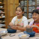 所沢市にてフリーアナウンサーyuiの藤井姉妹が主催する子育て応援イベント「子育てHUGフェス」に陶芸体験ブースが出店!なんと!イベント限定価格にて体験できます!お子さまだけでなく、大人のみのご参加も大歓迎!陶芸教室 ティーイングの講師が教えてくれます。