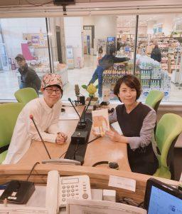 FMラジオゲスト、絵のアーティストHAMUさん。フリーアナウンサー藤井千代美、藤井奈央美インタビュー