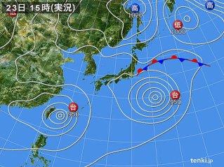 8月23日の天気図。 西が台風15号、東が台風16号