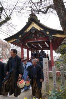 神輿渡御は神橋を渡ると、最後の石段にかかる