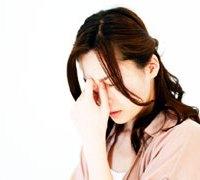 頭痛で苦しむ女性
