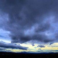 台風が近づきつつある空