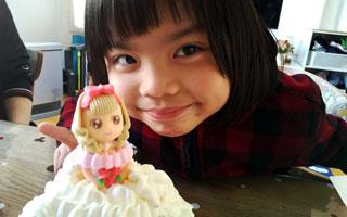 お姫様ケーキがやってきてご満悦