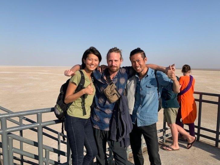 白砂漠を背景に写真を撮る3人