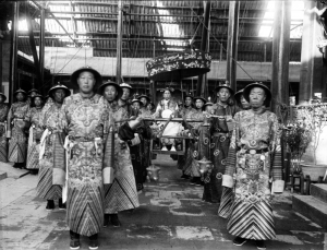800px-The_Qing_Dynasty_Cixi_Imperial_Dowager_Empress_of_China_On_Throne_Sedan_With_Palace_Enuches