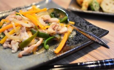 10分あればできるチンジャオロースの簡単レシピ♬豚肉とピーマンなどのお野菜との相性が抜群♪