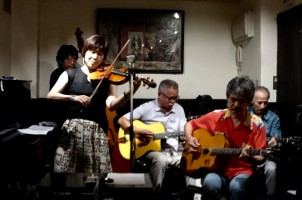 西荻ミントンハウスでライブ 通りすがりのお客様は大好きなジャズバイオリニストSvend Asmussen を生んだ北欧の方でした。