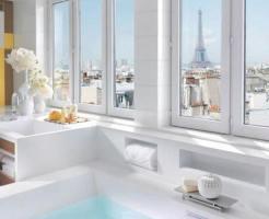 パリのエッフェル塔が見える窓からの景色