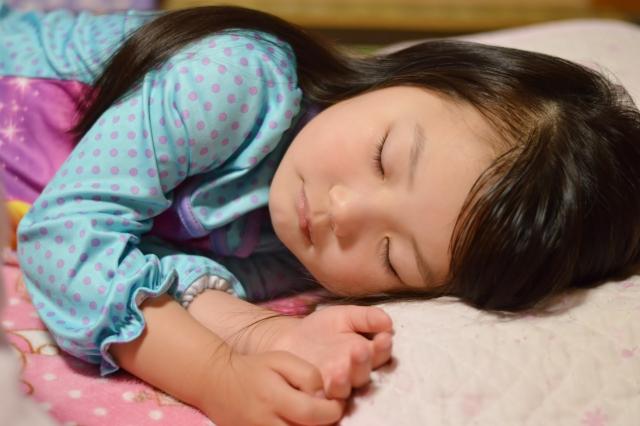 子供が寝ている