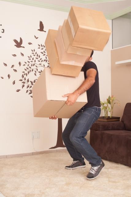 宅配便の荷物が崩れる