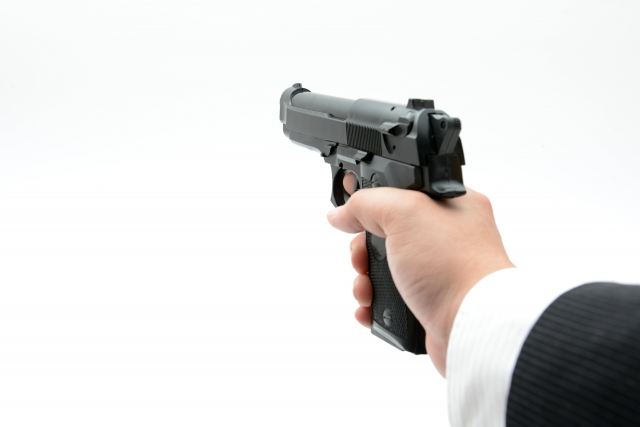 銃で人を狙う