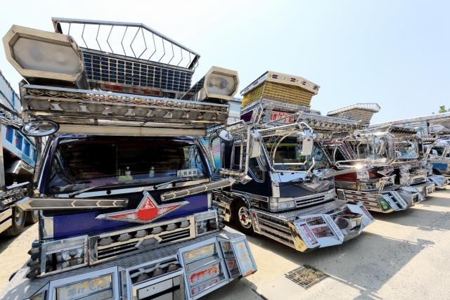 電飾の派手なトラック