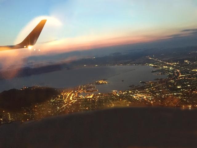 飛行機から夜景を見る