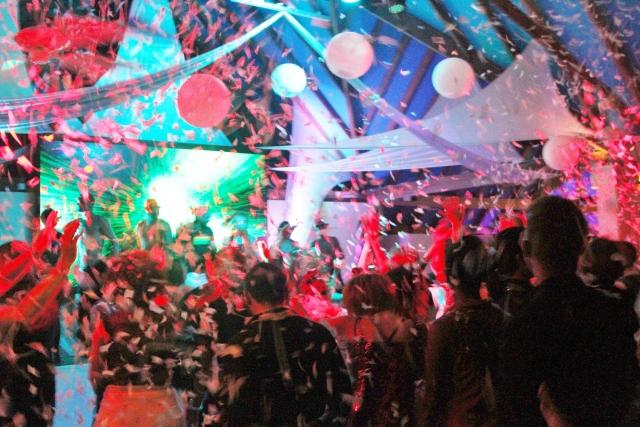 大勢の人とダンスをする