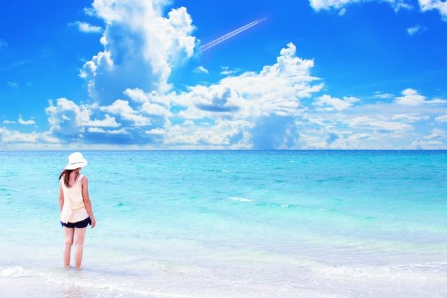 一人で砂浜を歩く