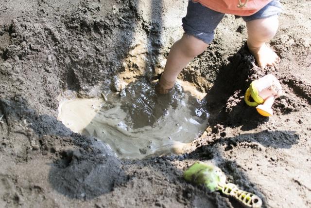 砂に足を取られる