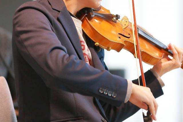 上手なバイオリンの演奏を聞く