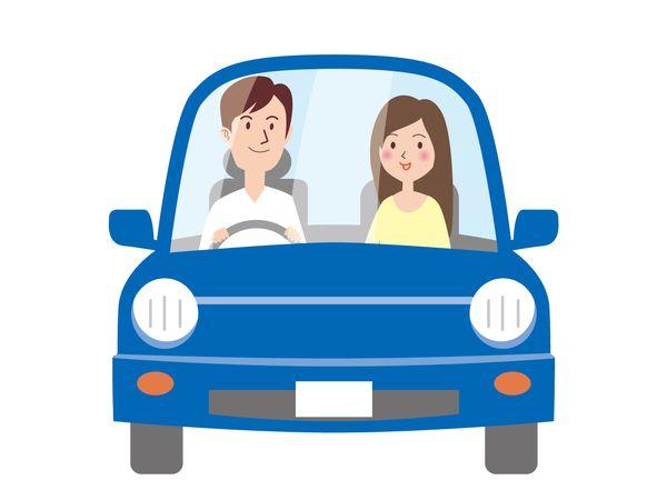 恋人を乗せて車を運転する