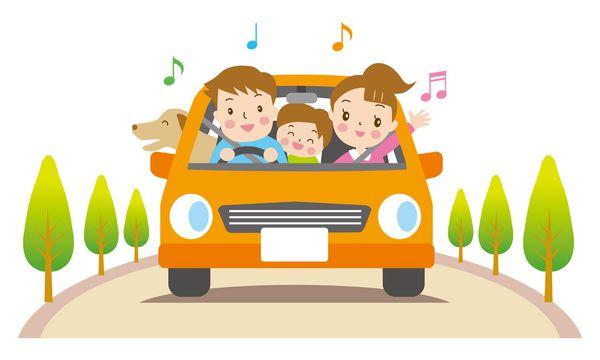 家族と車でドライブする