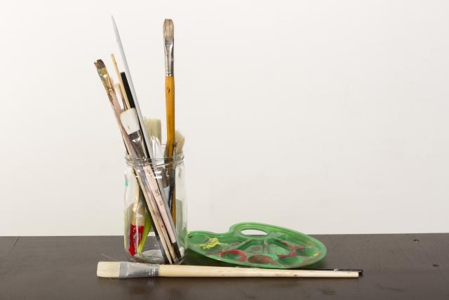 絵の具で使ったパレットや筆を洗う