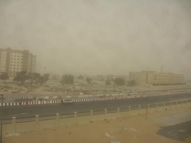 砂嵐に巻き込まれる