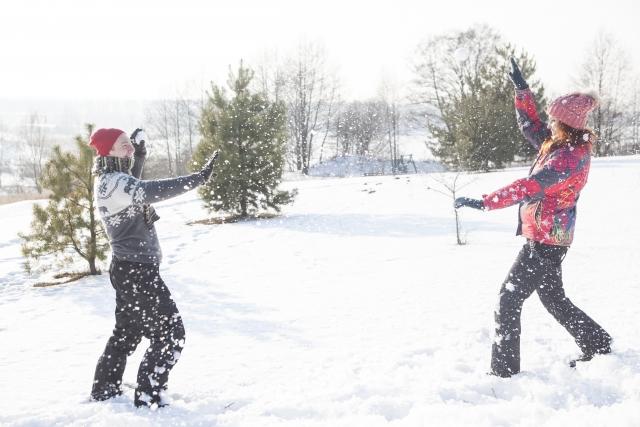 スキー場で雪合戦をする